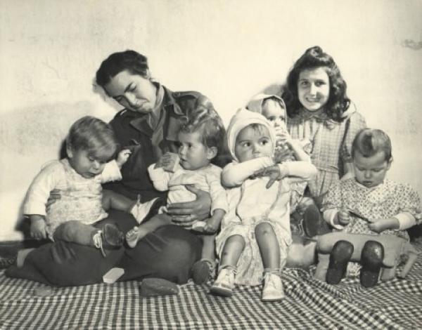 greta-fischerova-fischer-with-orphans